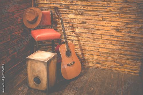 cajon-i-gitara-akustyczna-na-drewnianej-scenie-w-pubie