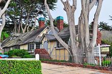 California: Una Casa A Carmel Il 16 Giugno 2010. Carmel, Nota Per Le Sue Case In Stile Fiabesco, Ha Avuto Sindaci Poeti E Attori, Incluso Clint Eastwood