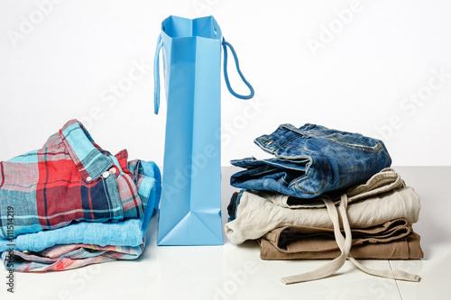 Staande foto Dragen Einkaufstasche mit stylischer Kleidung auf einer Verkaufstheke
