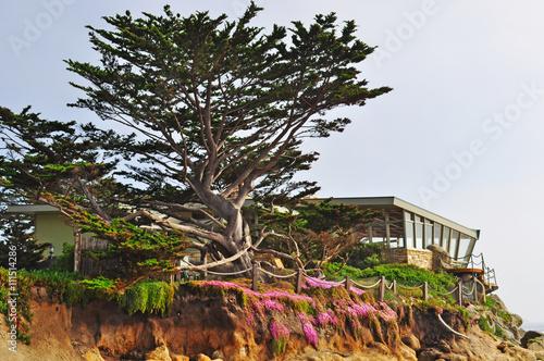 California: una casa sulla roccia e sull'Oceano Pacifico a Carmel il 16 giugno 2010 Fototapet