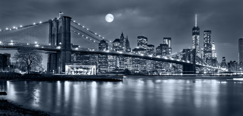 Obraz na PlexiNight panorama of of New York City with the moon in the sky