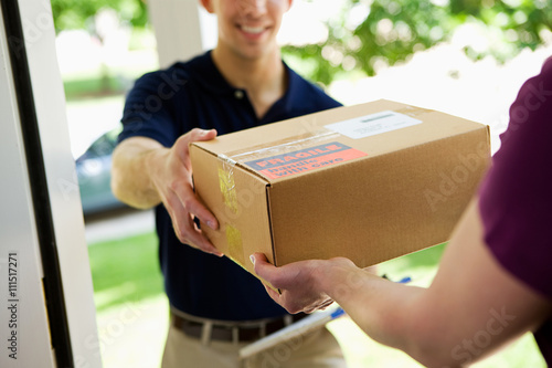 Obraz Delivery: Giving Package to Home Owner - fototapety do salonu