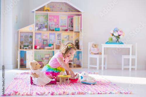 Photographie  Les enfants jouant avec des animaux en peluche et maison de poupée