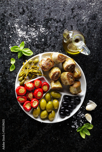 Poster de jardin Entree starter of green olives, black olives, capers, buffalo mozzarell