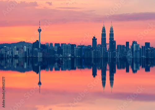 Photo  Scenic view of Kuala Lumpur city skyline in sillhoute with full reflection