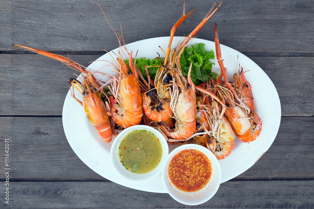 Photo  Grilled shrimps on a plate