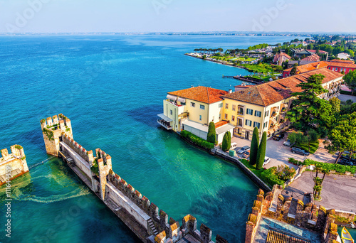 Fotografia View of the Italian town of Sirmione and Lake Garda from the tower Scaliger