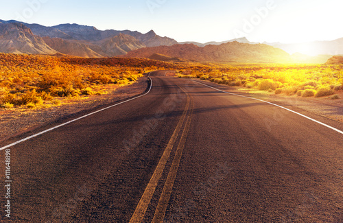 Foto  Red sunset over road at Valley of Fire State Park, southern Nevada, USA