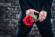 バラの花を持っている...