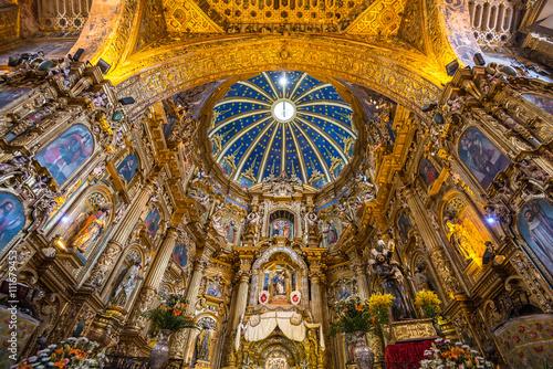 Photo  Interior of San Francisco Church in old town of Quito, Ecuador.
