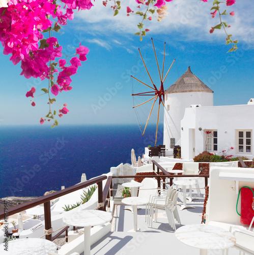 Obraz Wiatrak na wyspie Oia, Santorini - fototapety do salonu