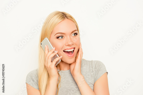 Photo Surprised  cheerful happy woman talking on mobile phone