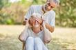canvas print picture - Senior hält Frau die Augen zu