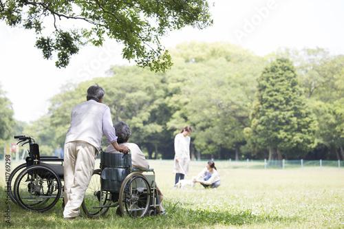 Valokuvatapetti 車椅子の夫婦とヘルパー