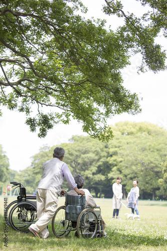 Fotografia, Obraz  車椅子の夫婦とヘルパー