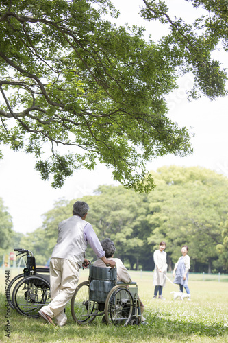 Fotografie, Obraz  車椅子の夫婦とヘルパー