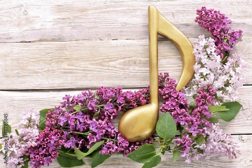 Obraz na płótnie Złota notatka z kwiatem bzu na drewnianym tle