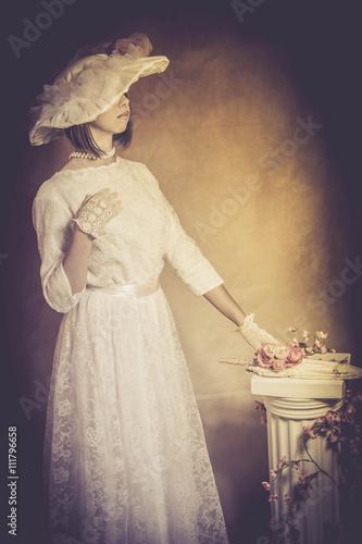 Poster  pose jeune femme à l'ancienne