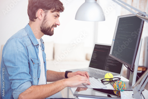 Fotografía  Man programming on his computer