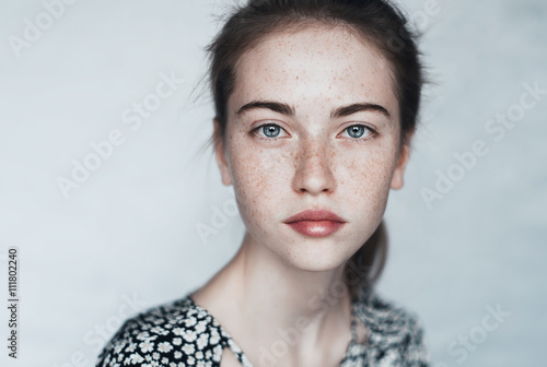 Fotografia  with freckles close-up face of a beautiful young girl