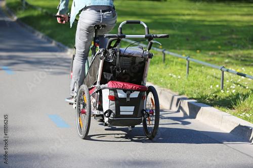 Fahrrad mit Kinderanhänger Canvas Print