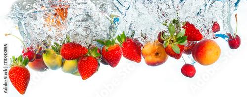 frutta fresca che cade in acqua