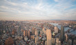 Blick über Downtown Manhattan und Brooklyn Bridge zur Abenddämmerung