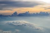 Widok nieba i zachodu słońca nad chmurami z samolotu - 111877605