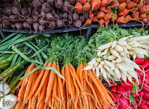 Fotografía  Fresh organic root vegetables at a local farmers market.
