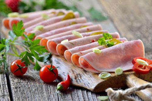 Fotografie, Obraz  Deftige Wurstbrotzeit mit Bierschinken und Paprikawurst rustikal serviert - Slic