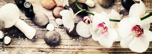 ustawienie-spa-z-biala-orchidea-ziolowa-kula-do-masazu-i-niezbedna