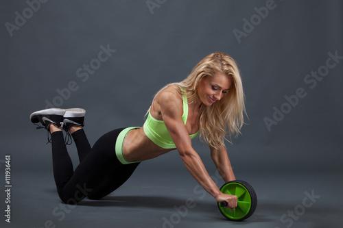 obraz lub plakat Bauchmuskeln trainieren mit Roller