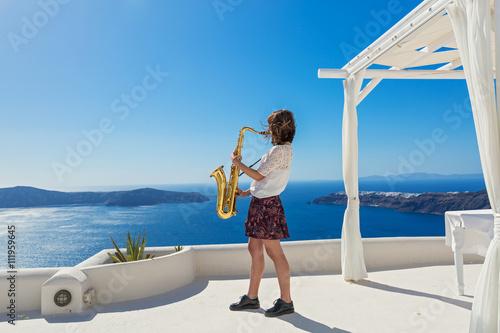 Zdjęcie XXL Dziewczyna, saksofon i morze