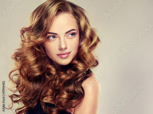 Photo Beautiful girl with long wavy hair
