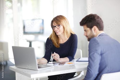 Fotografía  Financial advisor with client
