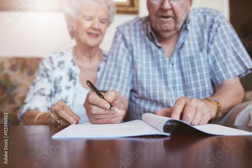 Cuadros en Lienzo  Senior couple signing their will documents