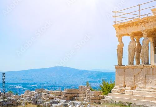 Plakat Sławna Grecka Athena Nike świątynia przeciw jasnemu niebieskiemu niebu, akropol Ateny w Grecja