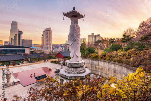 Photo sur Aluminium Seoul Sunset at Bongeunsa temple of downtown skyline in Seoul City, So