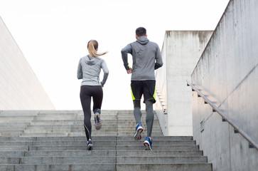 par koji trči gore gradskim stubama
