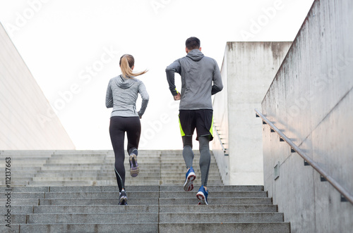 Foto  couple running upstairs on city stairs