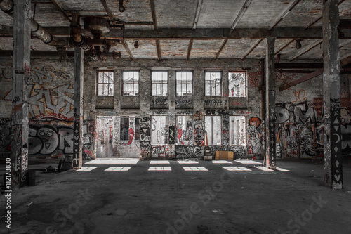 Photo sur Aluminium Les vieux bâtiments abandonnés abandoned warehouse - factory room - empty loft