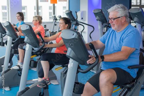 Fotografie, Obraz  menschen beim fitnesstraining auf dem fahrrad