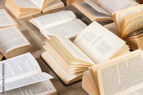 Fotografía  Mesa con libros