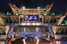 夜の横浜中華街の門
