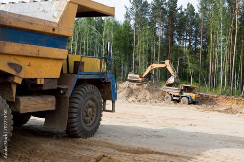 Plakat Duża żółta ciężarówka górnicza
