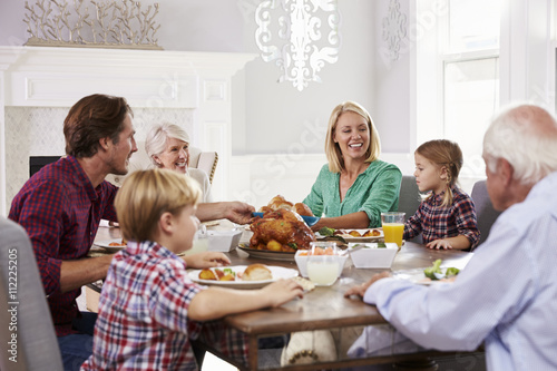 Fotomural  Extended Family Group Sit Around Table Eating Meal At Home