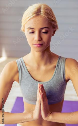 Fototapeta Beautiful girl doing yoga obraz na płótnie