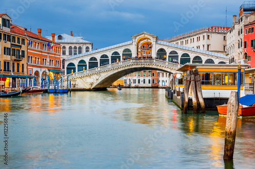 Photo  Rialto Bridge at dusk in Venice, Italy