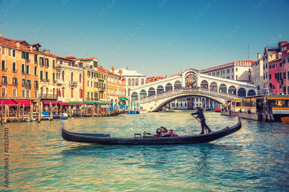 Photo  Gondola near Rialto Bridge in Venice, Italy