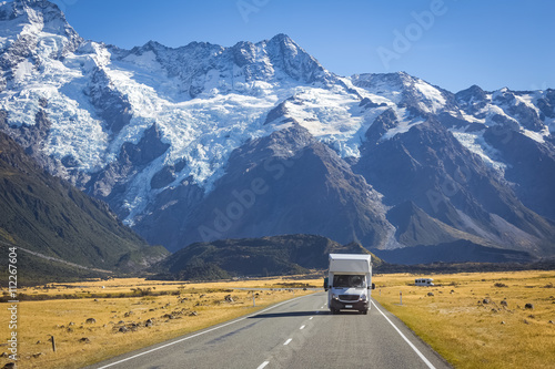 Photo  campervan on road with mountain view